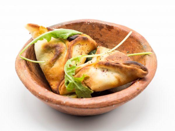 Mezze chaud Fatayer aux épinards : Chausson aux épinards assaisonnés à l'oignon et au sumac